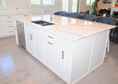 kitchen-island-white-quartz-counter-top-moose-jaw